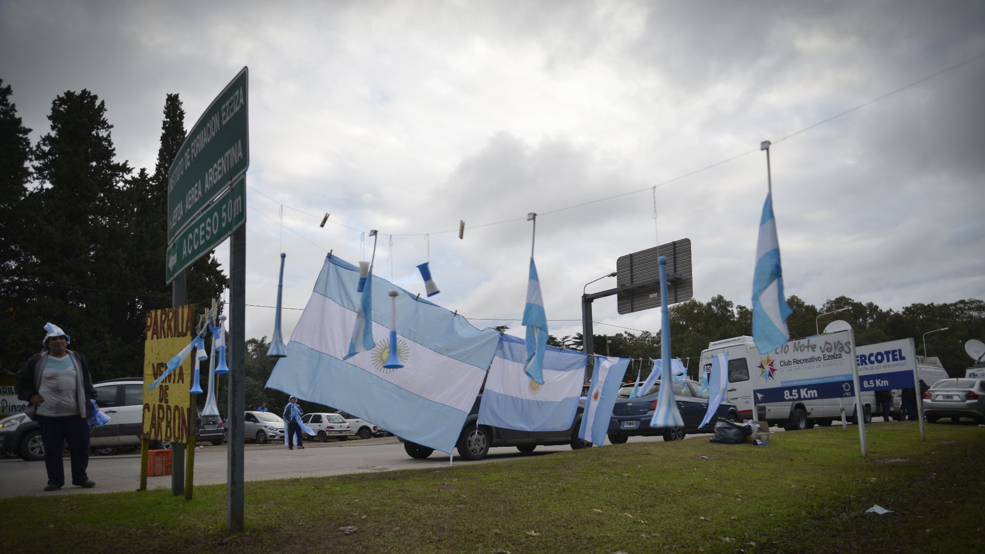 """Un """"ejército"""" de vendedores ofreció banderas, trompetas y camisetas al público"""