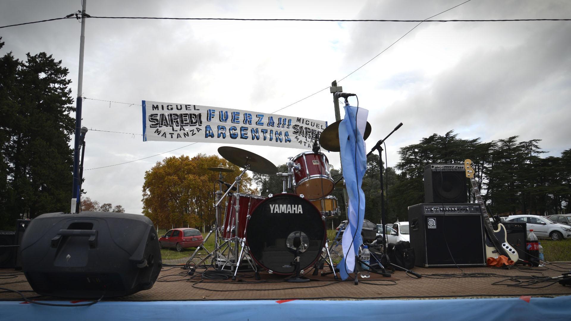 El escenario que se montó en las inmediaciones del predio con una banda de rock
