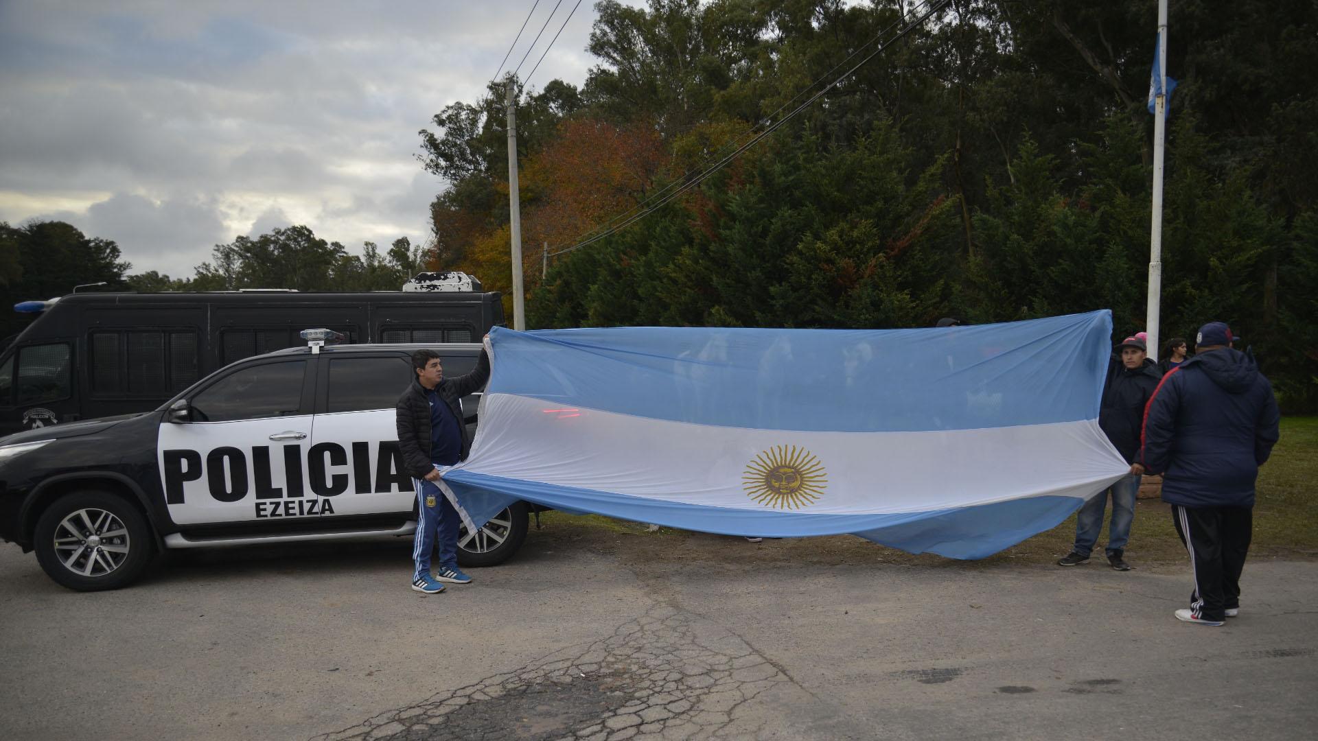 La bandera argentina, presente en las inmediaciones del predio que la AFA posee en Ezeiza