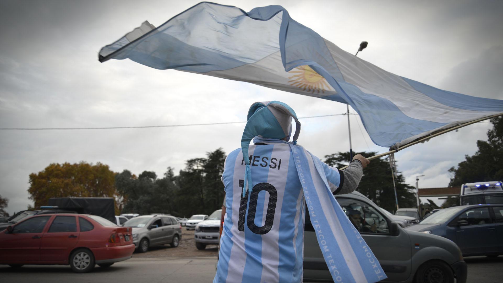 Uno de los tantos fanáticos de la Selección, quepese a la lluvia y al frío se acercó hasta el predio