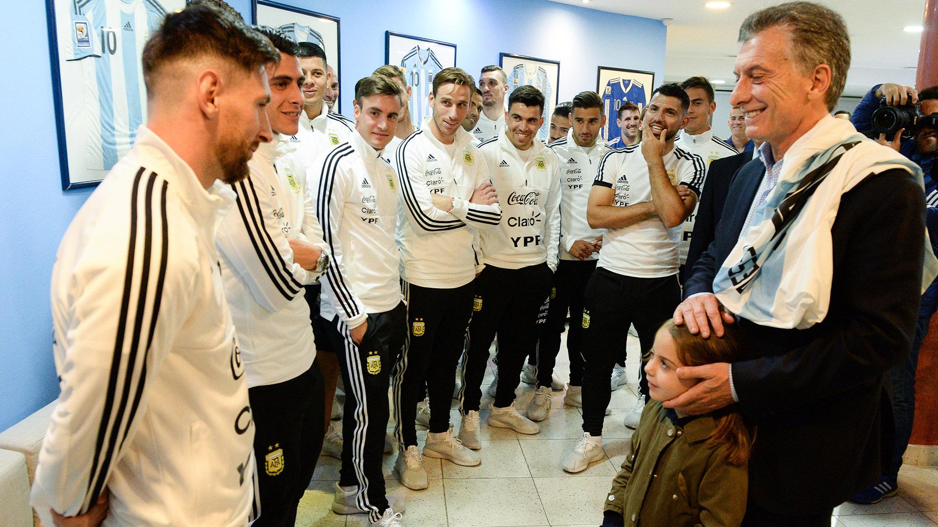 El presidente Macri junto a la selección de fútbol antes de la partida de los jugadores a Rusia