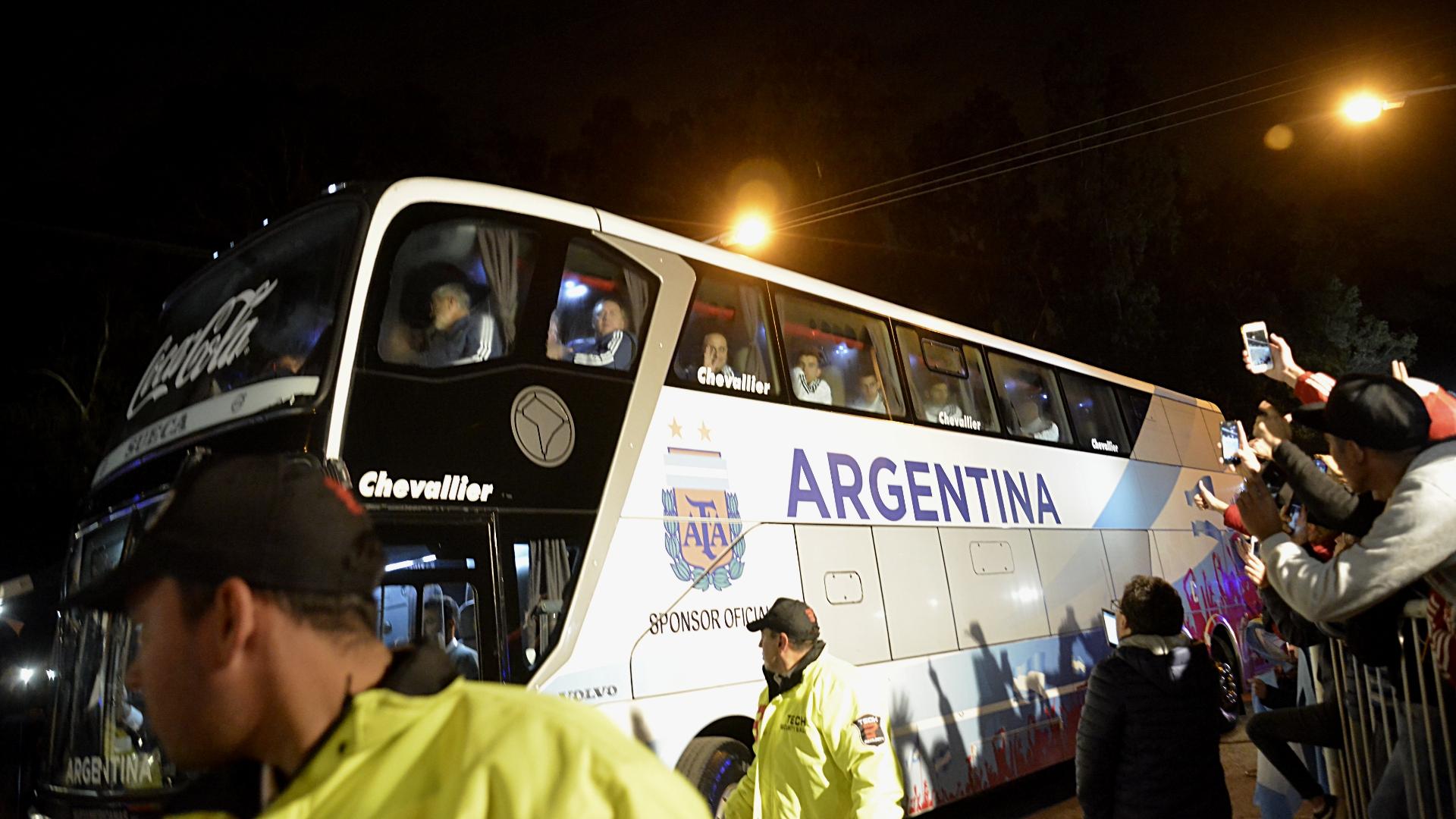 Muchos público y prensa nacional se acercó hasta el predio para cubrir la partida de la Selección