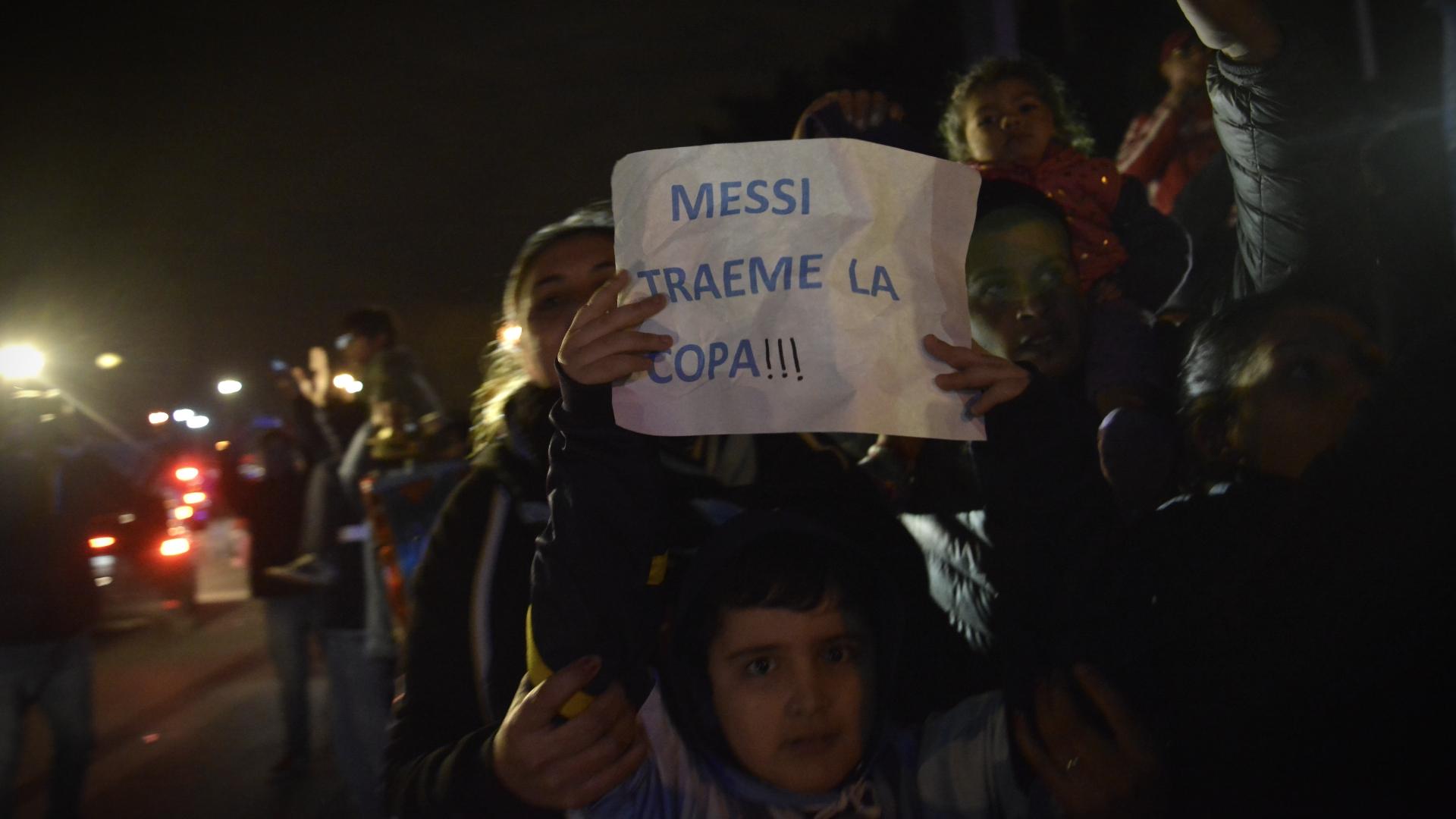 Muchos niños se acercaron para ver a su ídolo: Lionel Messi. El pedido, más que claro.