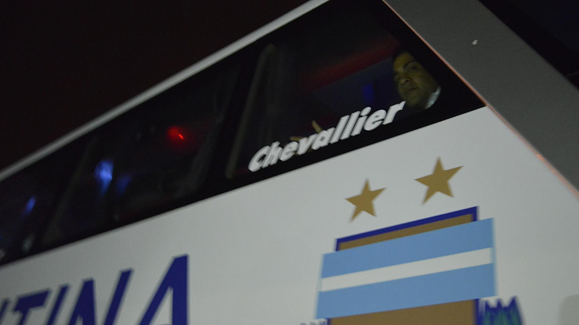 Gabriel Mercado saluda a la gente desde la ventanilla del micro que trasladó a la Selección