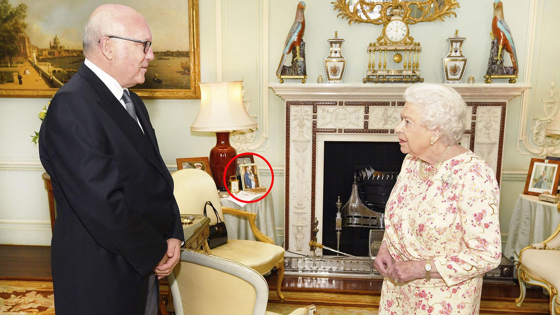 La foto inédita del príncipe Harry y Meghan Markle que tiene la reina Isabel II en su sala Photo (Shutterstock /The Grosby Group)