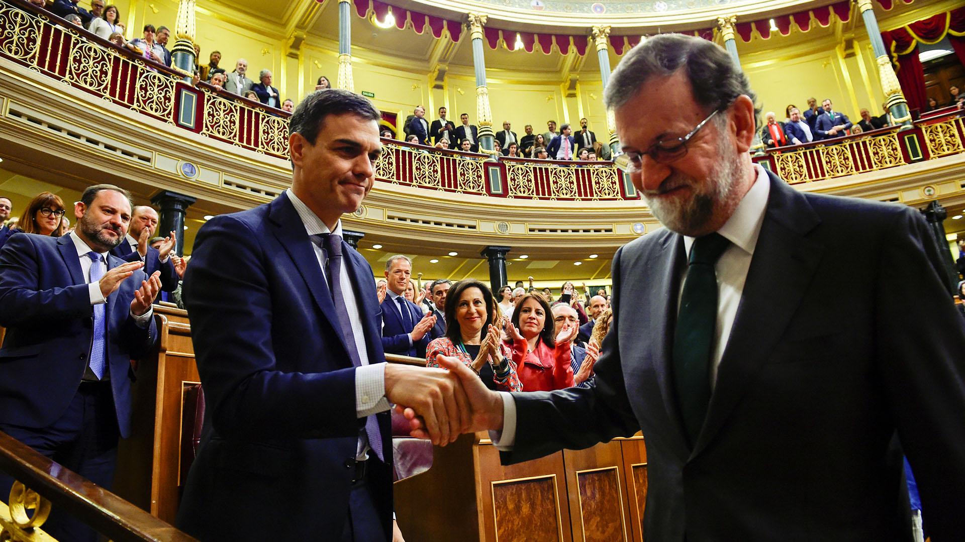 El Congreso español destituye al presidente Mariano Rajoy por corrupción, y Pedro Sánchez, líder del Partido Socialista Obrero Español (PSOE), asume en su lugar el 1 de junio