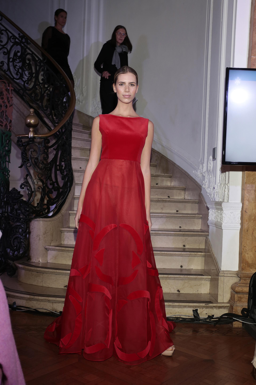La novia de Alejandro Fantino, Coni Mosqueira, brilló en la pasarela