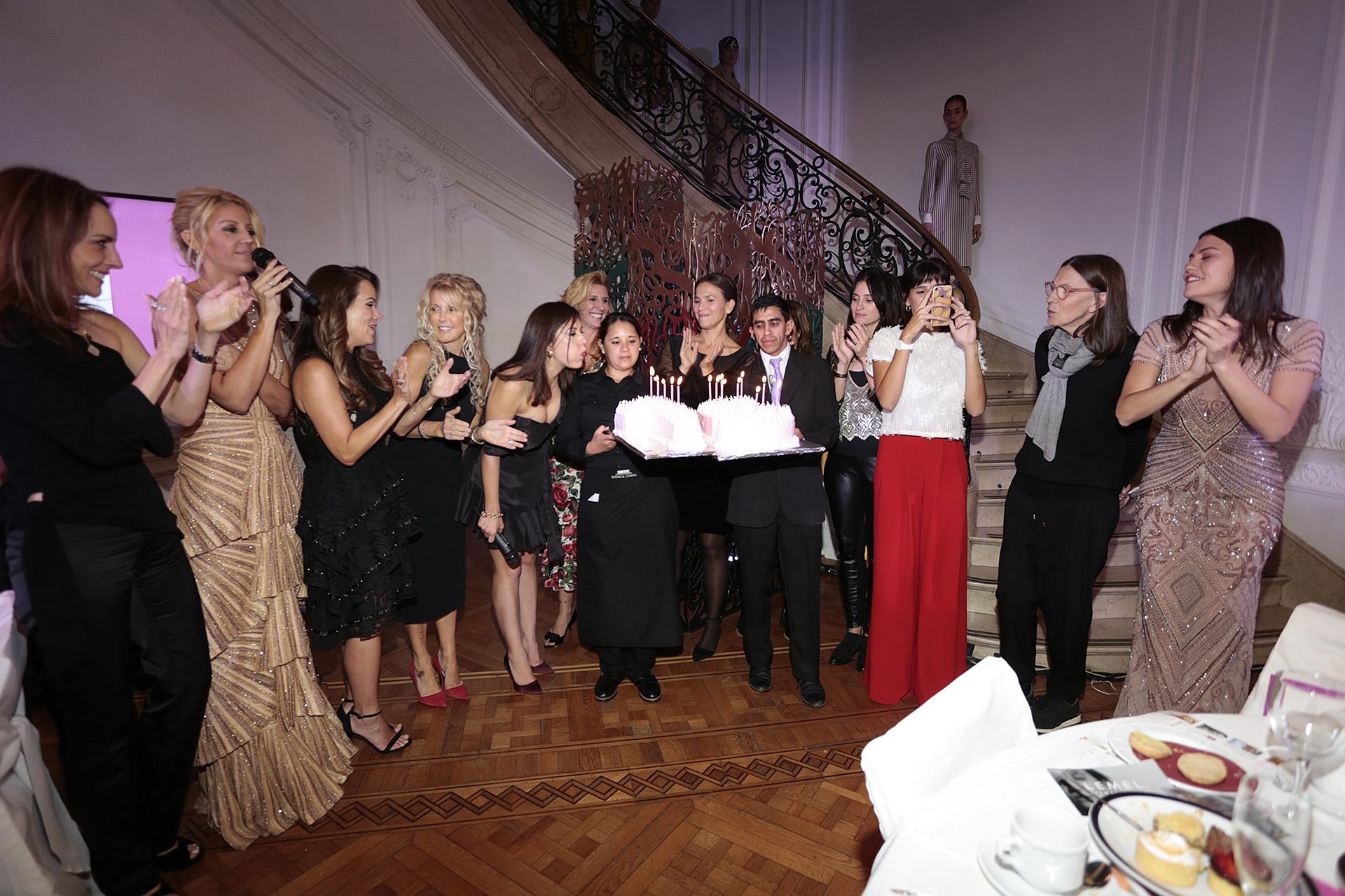 Este año, el Six o Clock cumple 15 años consecutivos, y lo celebró con una edición especial, en donde sumó a su tradicional té desfile una muestra de arte de la Galería Calvaresi, con obras de artistas contemporáneos como Andrés Paredes, Mariano Giraud y Desiree de Ridder, entre otros