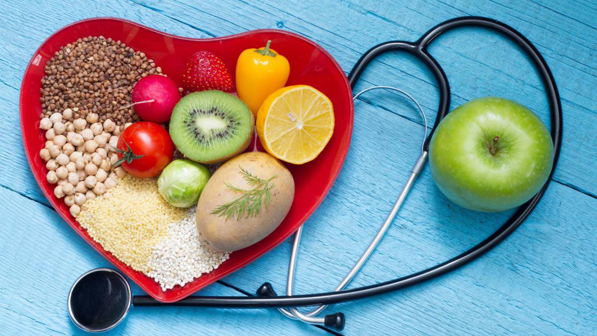Dieta moderada, dieta protectora. No elevar los consumos de sal, calorías y bebidas alcohólicas. El estrés de época también puede resultar dañino para el corazón