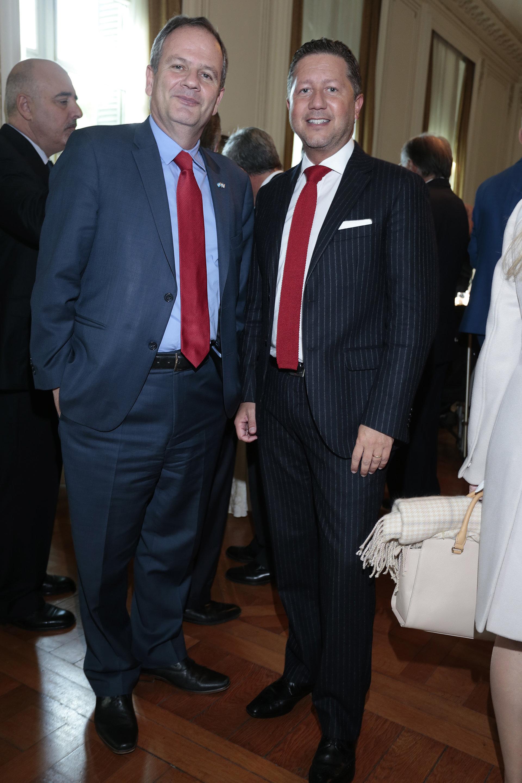 El embajador de Israel en la Argentina, Ilan Sztulman, junto a un funcionario de la embajada de Paraguay en la Argentina