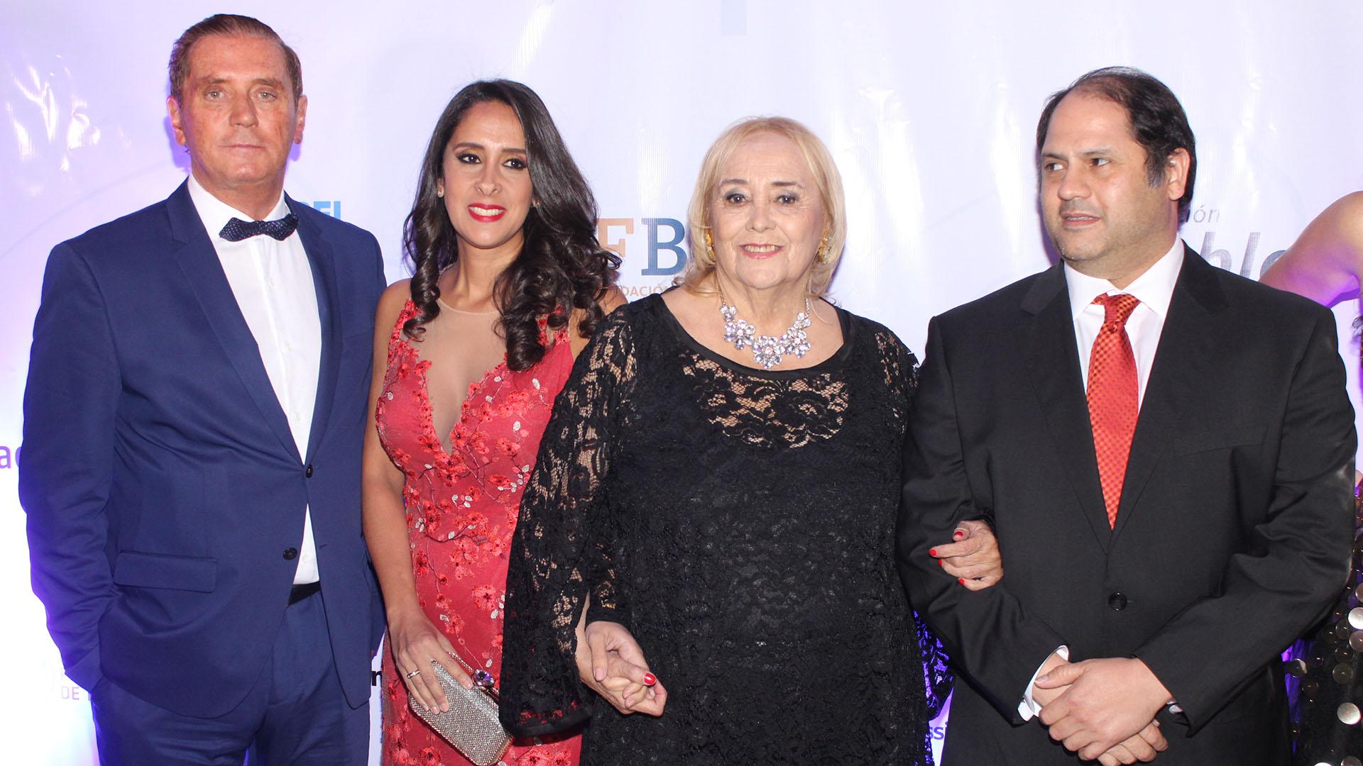 Fernando Scattini y Vanesa Noble Herrera junto a Gloria de las Casas, presidente de Infancia Plena, y Felipe Noble Herrera