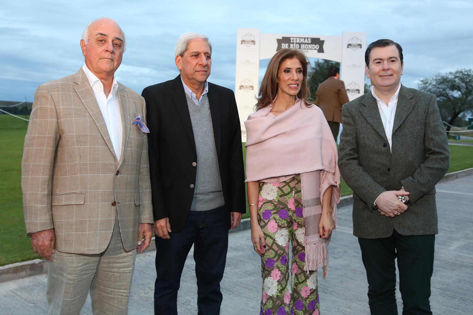 El capitán de cancha, Juan Manuel Pereyra; el vicegobernador de Santiago del Estero, José Emilio Neder; la diputada Claudia Zamora, y el gobernador Gerardo Zamora