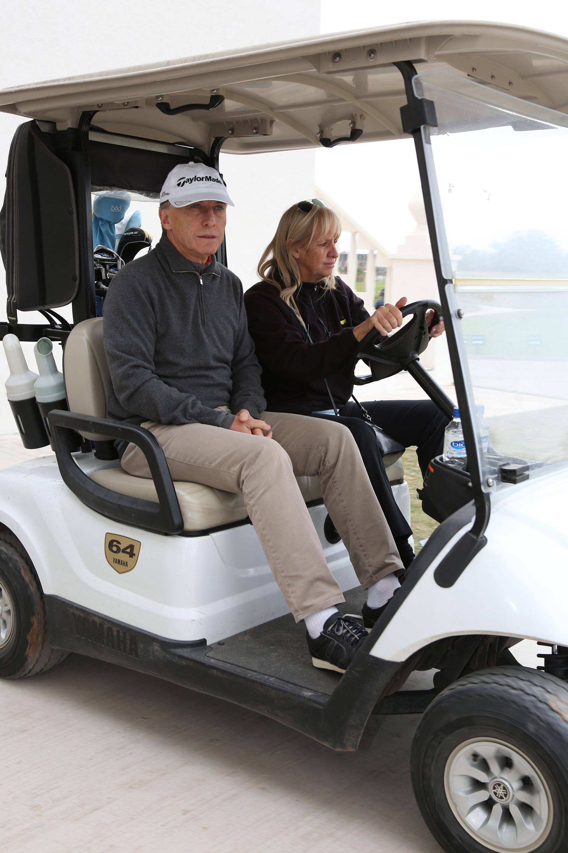 Mauricio Macri probó la cancha durante el torneo de inauguración. En la foto, lo acompaña Susan Marples