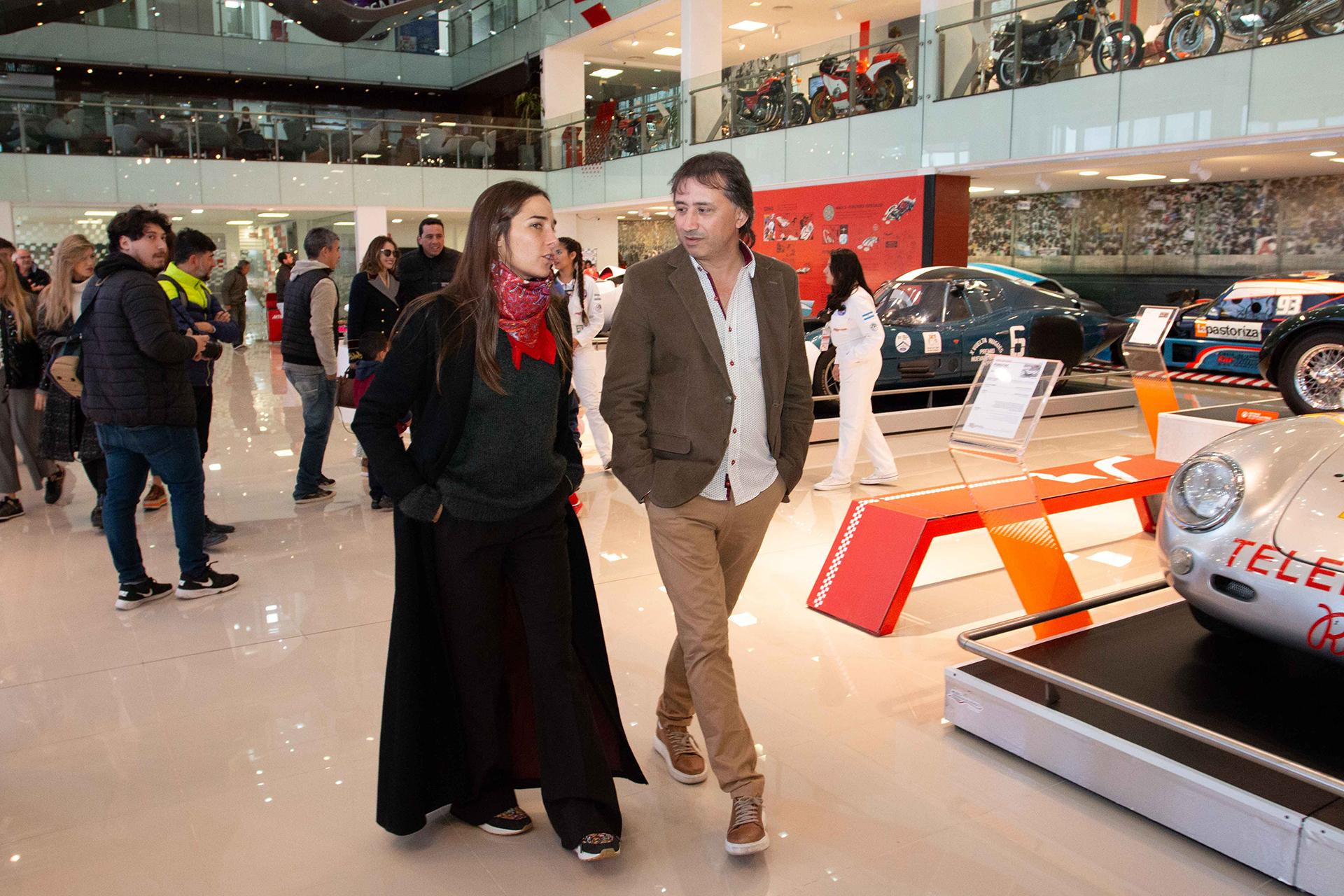 Juana Viale y Jalo Cano recorriendo el Museo