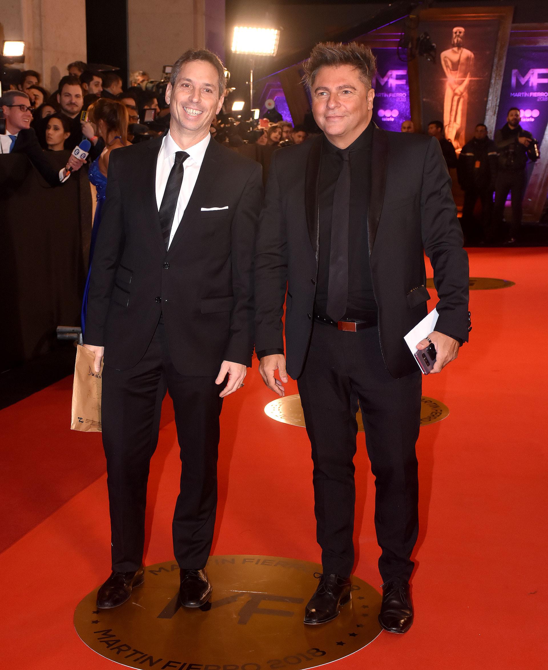 Damián Rojo y Daniel Ambrosino, los periodistas eligieron un smoking negro y corbatas a tono con zapatos de cuero. Ambrosino optó por camisa negra mientras que Rojo eligió camisa blanca con pochette blanco en el bolsillo del saco.