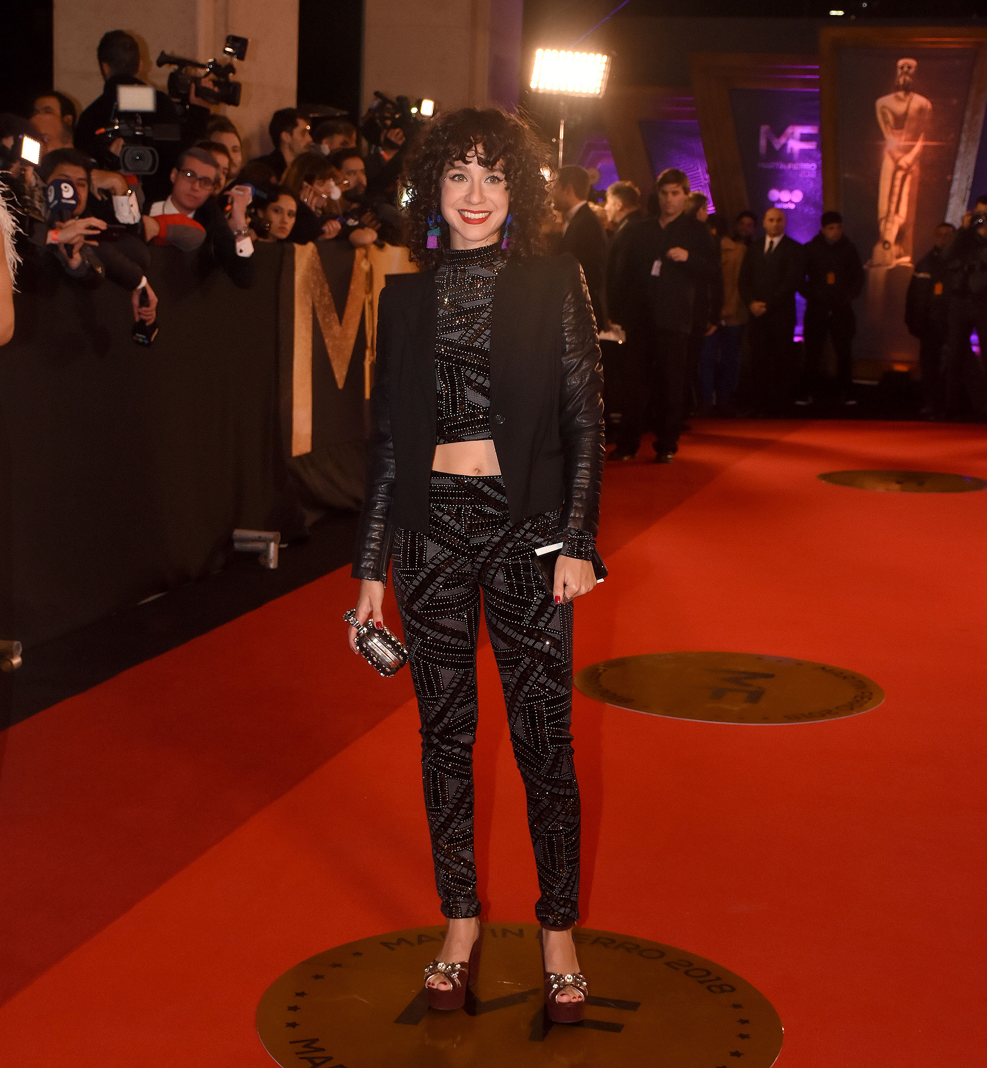 Daniela Herrero, total in black y con bordados de paillettes