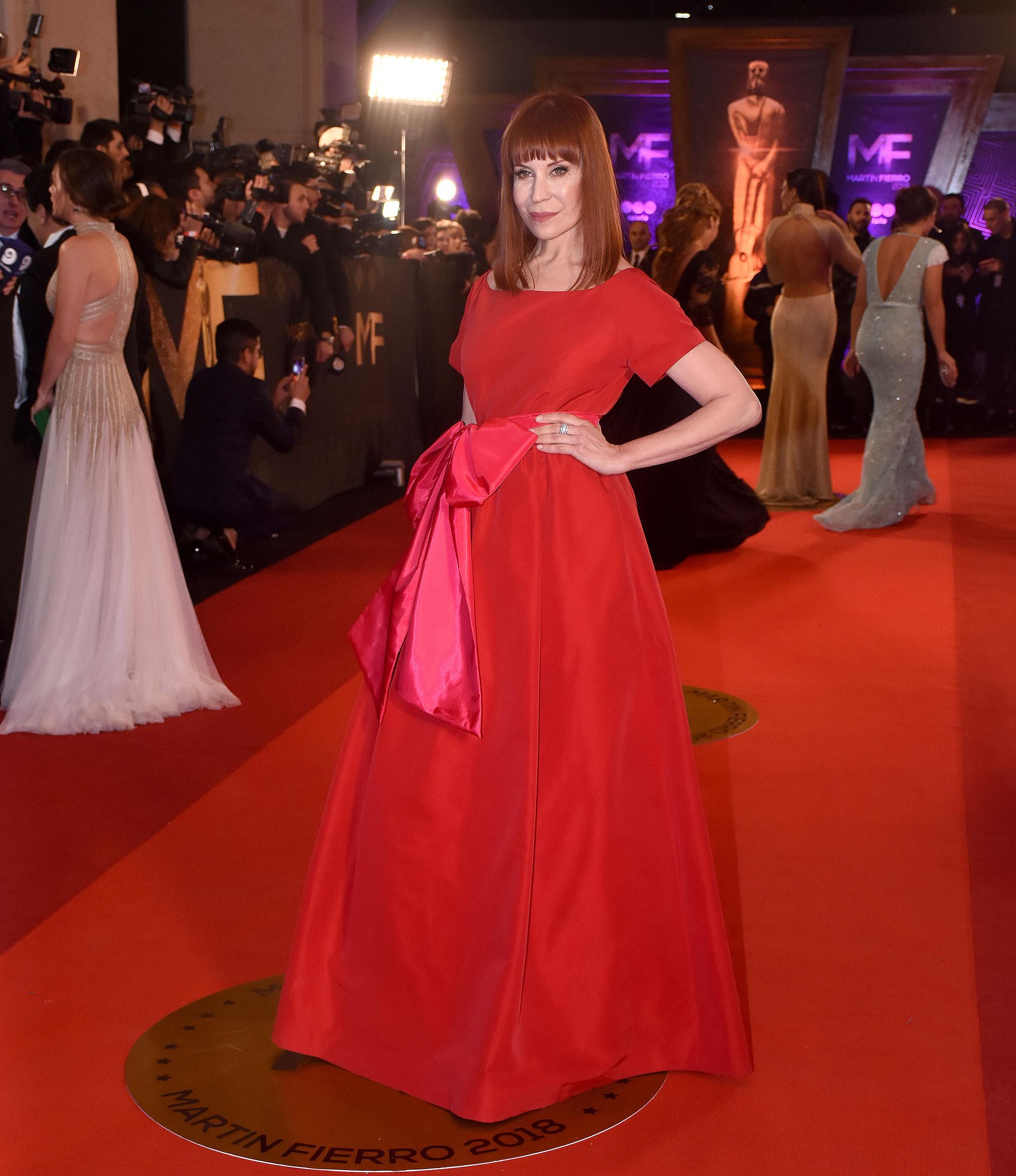 La asesora de moda Matilda Blanco con un total red con moño en color fucsia.