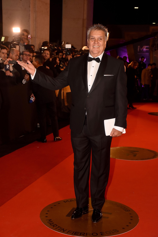 El presidente de APTRA Luis Ventura con traje negro, camisa blanca con botones forrados, zapatos acharolados y pochette en el saco.