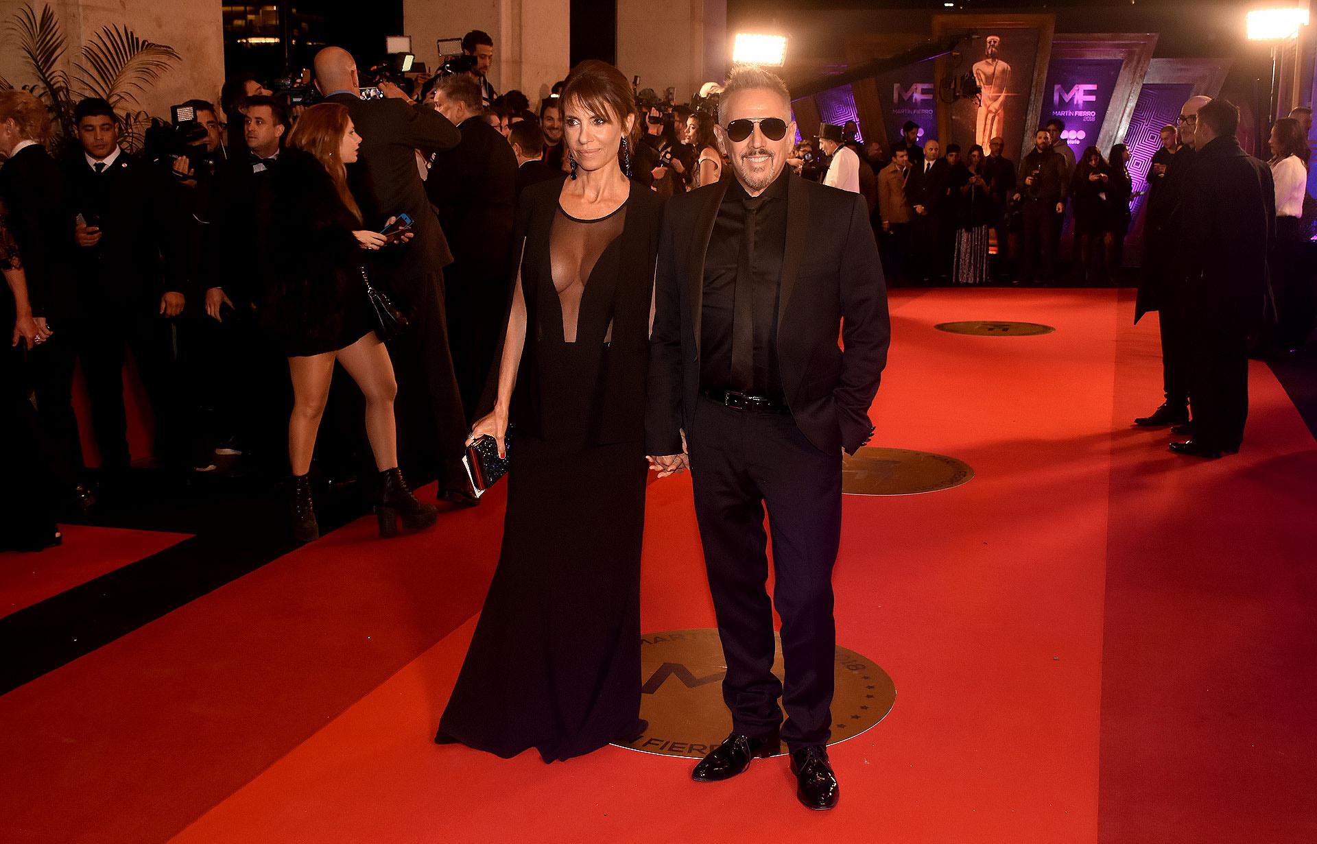 Alejandro Lerner junto a su mujer. Ambos en total black.