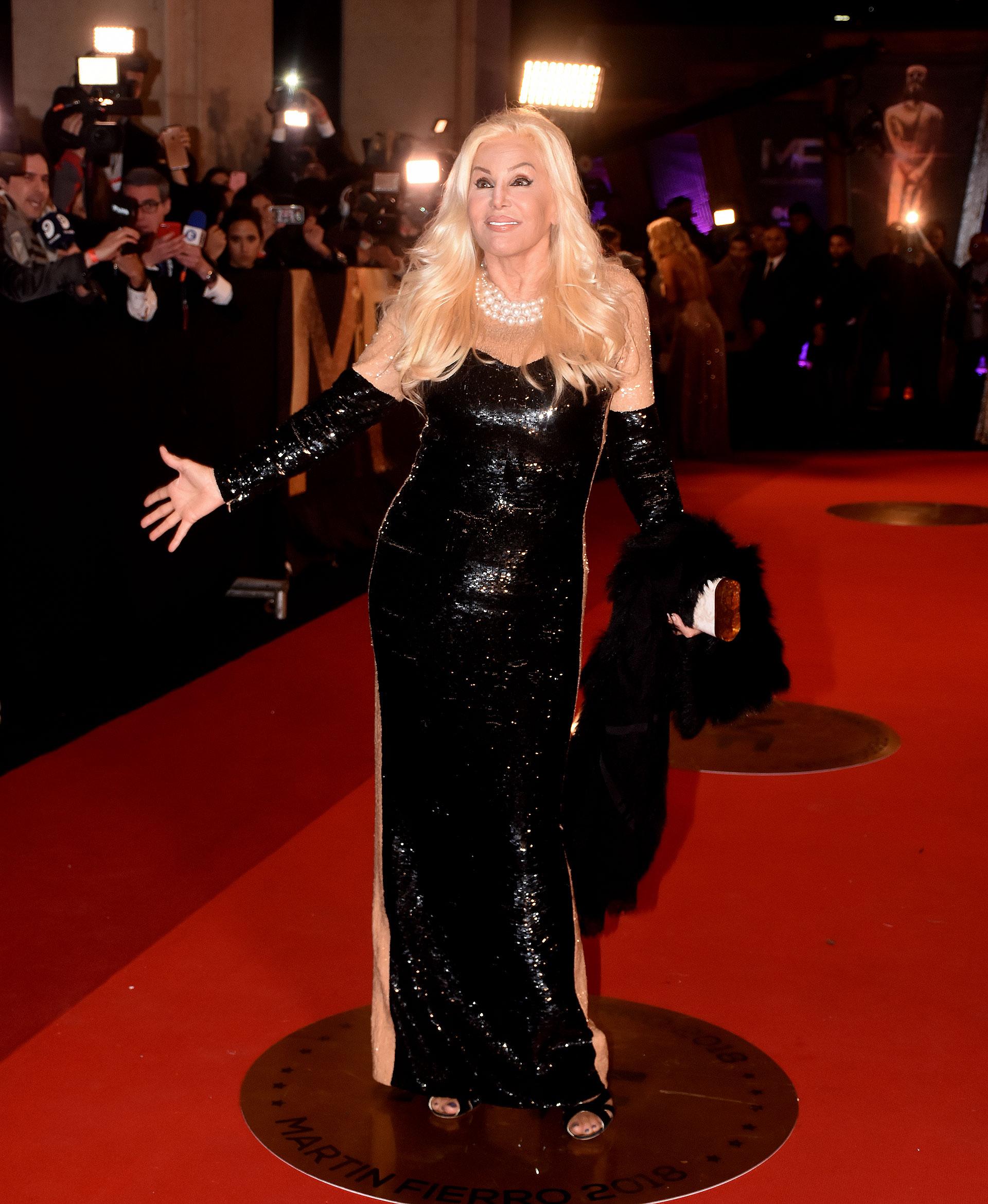 Susana Giménez con un vestido de Michael Kors, totalmente bordado en paillettes negros y transparencias en los costados. La conductora contó que vio a la actriz china Yang Mi en la gala del Met de 2017 y quedó enamorada del modelo