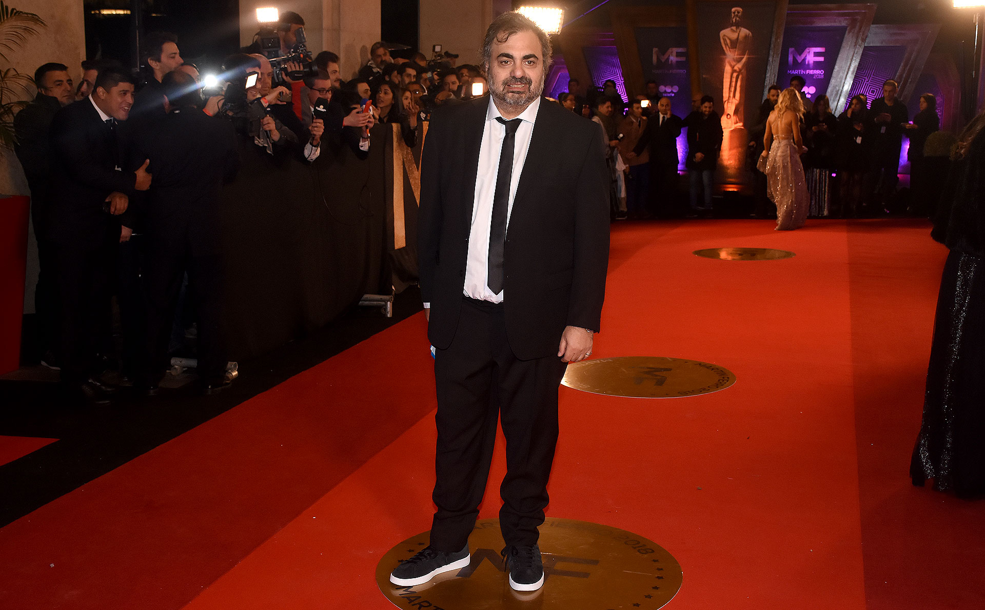 El humorista Roberto Moldavsky ganó en el rubro mejor humorista y optó por un look formal pero sporty con zapatillas de lona.