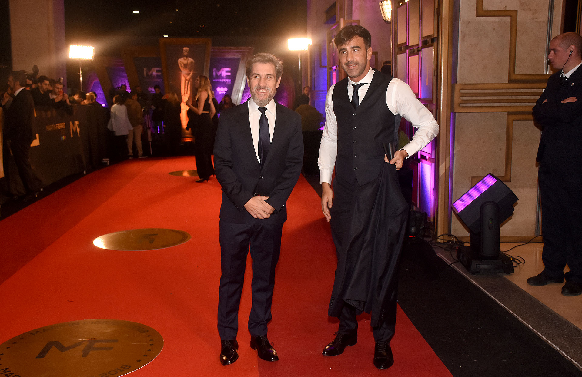 Pablo Prada y Federico Hoppe con trajes en azul y negro
