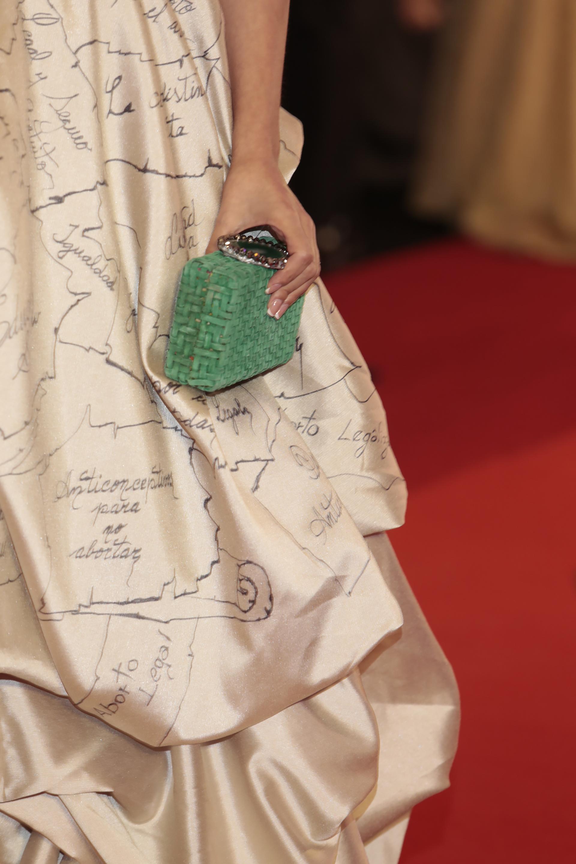 El vestido de Eva estaba pintado a mano con mensajes que reflejaban un conjunto de ideas a favor de los derechos de las mujeres.