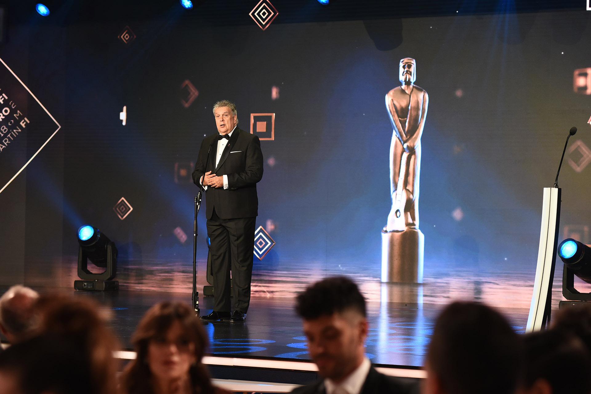 """Mientras Luis ventura presentaba la 48ava ceremonia de los Martín Fierro, Jorge Rial en Twitter anunciaba quién sería el ganador del Oro: """"Un gallo para Esculapio"""""""