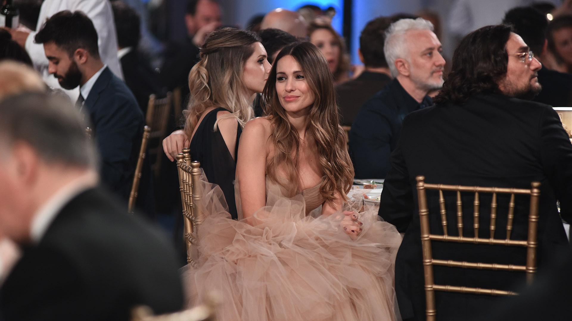"""Carolina Pampita Ardohain y su espectacular vestido de Javier Saiach con una amplia falda de 70 metros de tul. ¿Y Pico Mónaco? """"Se quedó en casa con los chicos y miró la ceremonia por televisión"""", confesó"""