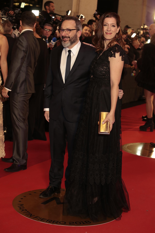 Gerardo Rozín y su mujer, Eugenia Quibel. Él eligió un traje clásico con corbata finita y ella un diseño en tul y detalles de encaje negro con mangas japonesas con clutch rígido dorado.