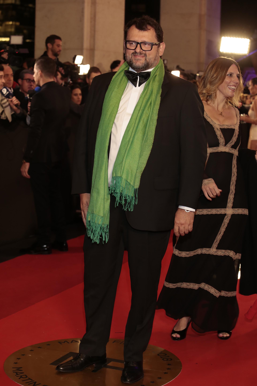 El chef eligió un traje negro con camisa blanca con moño negro y el detalle verde de chalina con flecosChristophe Krywonis