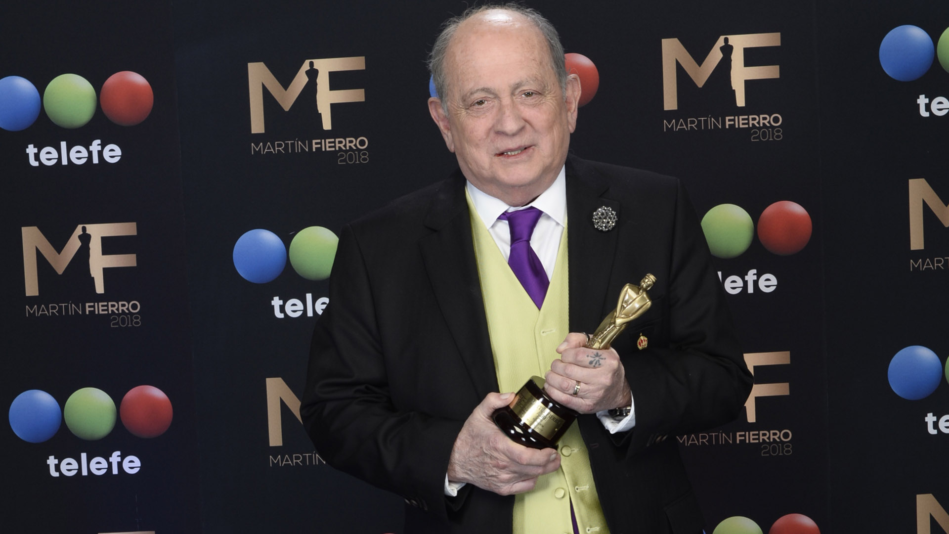 """Chiche Gelblung con su premio como Mejor Panelista por """"Pamela a la tarde"""", América"""
