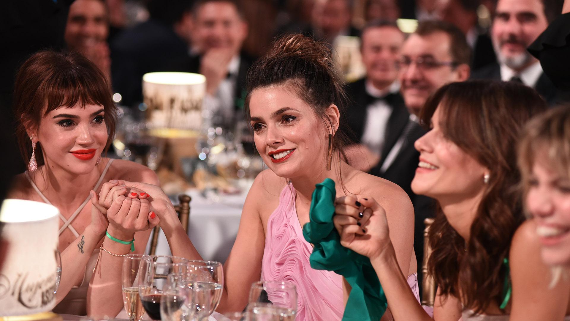 """¡A tomarse las manos! Las actrices de """"Las Estrellas"""" felices con el premio recibido"""