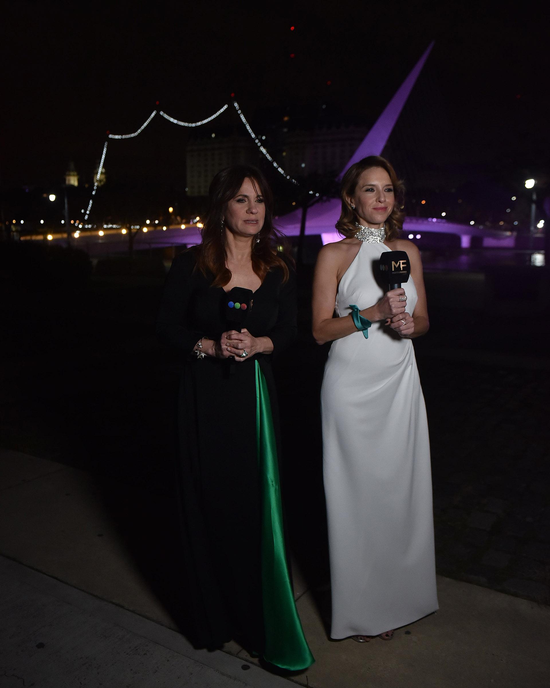 """Nancy Duplaá y Carla Peterson -blanco total de El Camarín- presentaron un premio en el emblemático """"Puente de la Mujer"""" de Puerto Madero. Nancy llevó el color verde en el tajo de su vestido."""