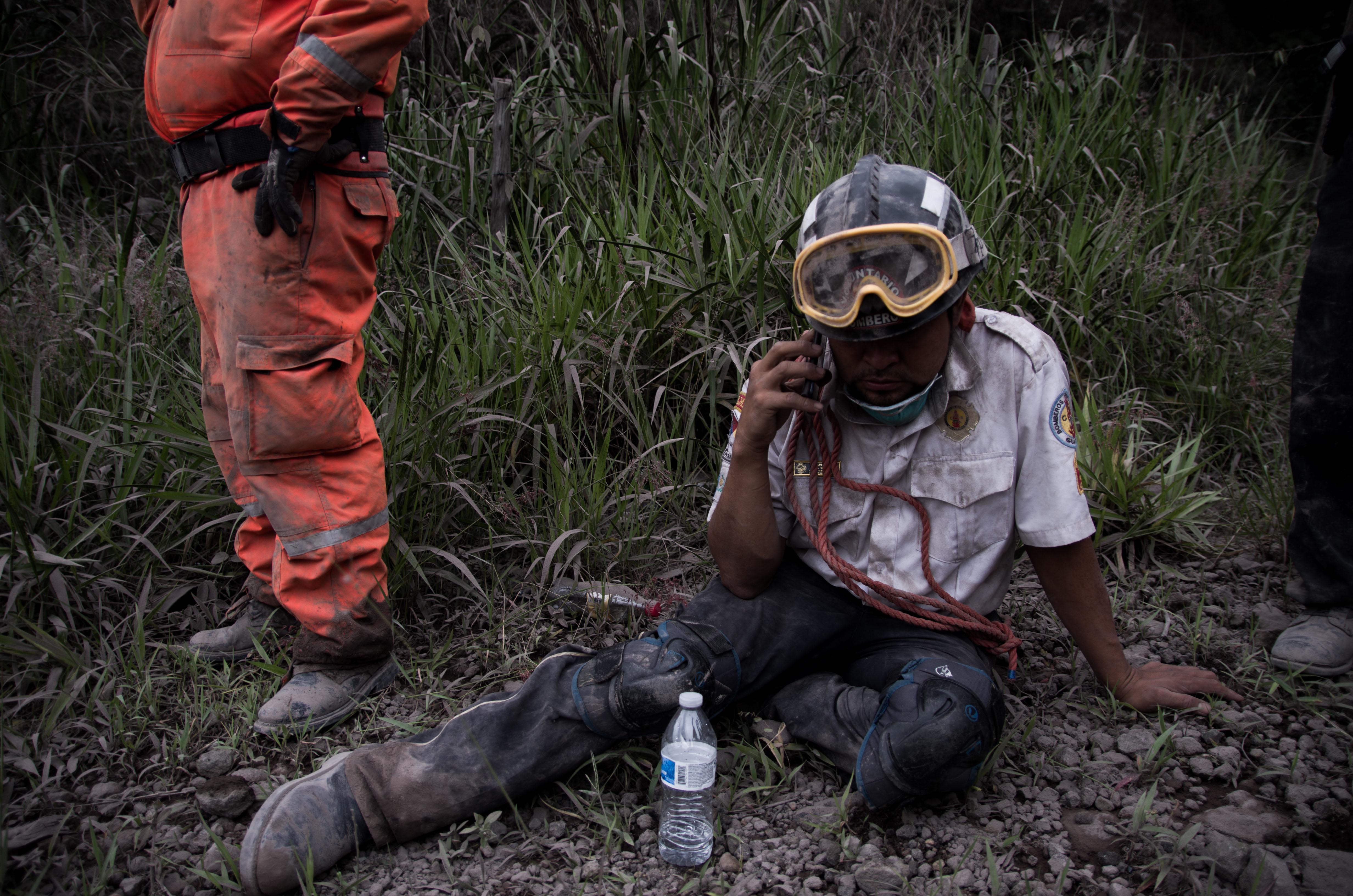 Un bombero de Guatemala descansa en la aldea El Porvenir luego de la erupción del volcán de Fuego(EFE/JOSE MISA)
