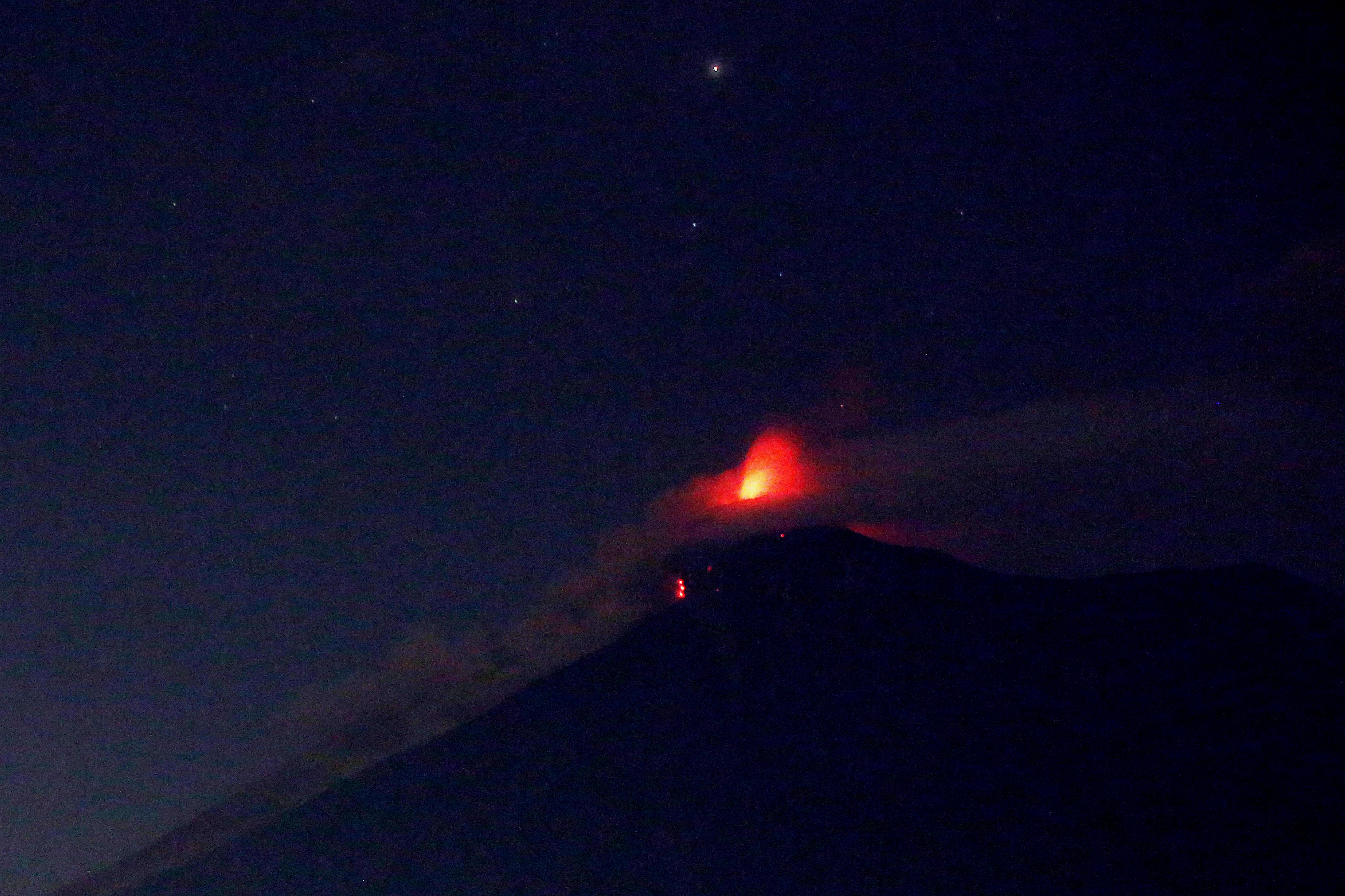 Vista del Volcán de Fuego durante la que sería la segunda erupción del 2018 y la más fuerte de los últimos añosdesde Alotenango (Guatemala). Las autoridades de socorro elevaron hoy a 25 el número de fallecidos por la tremenda erupción del volcán de Fuego de Guatemala. (EFE/Esteban Biba)