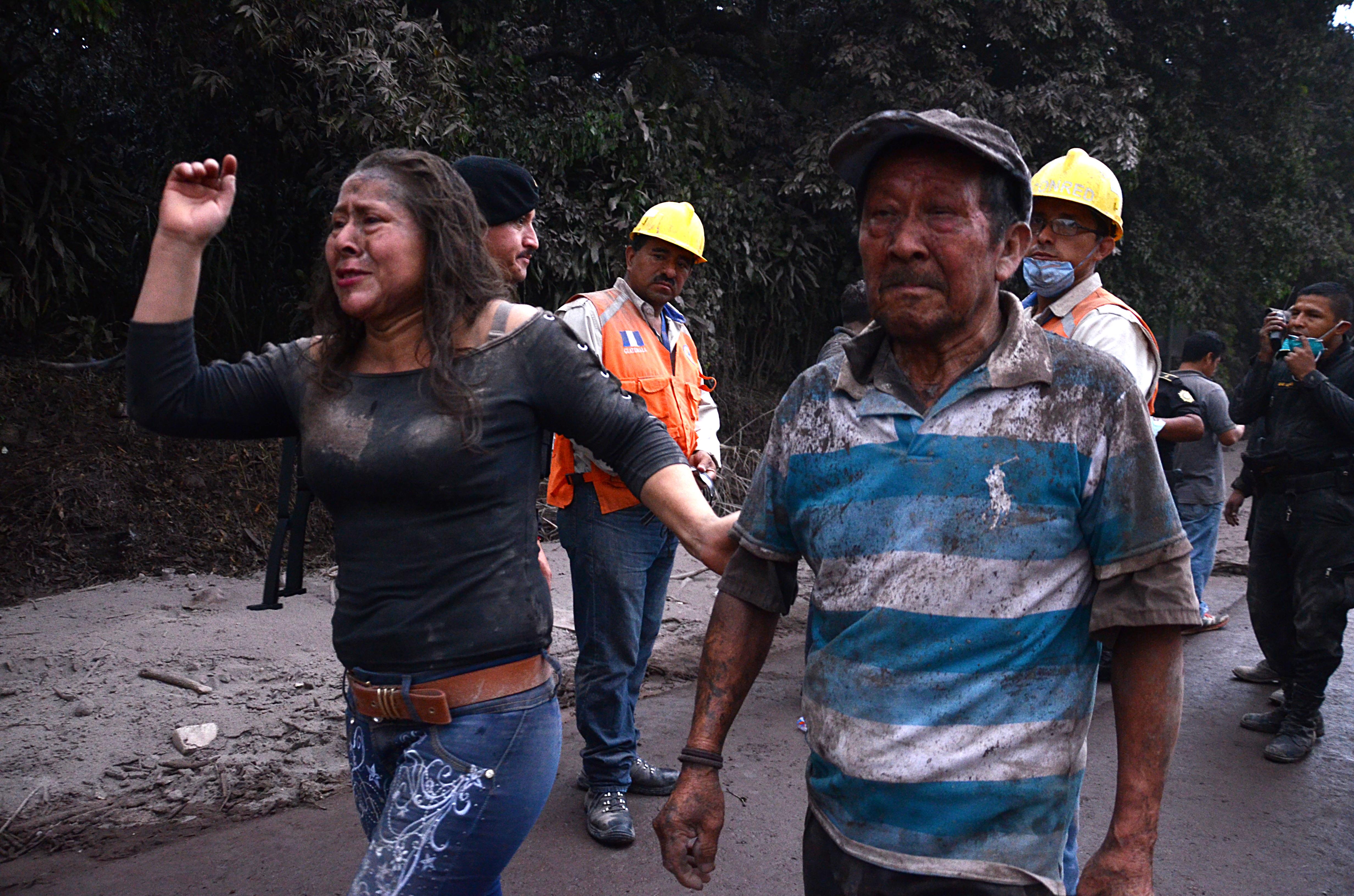 Habitantes de El Rodeo tras la erupción (AFP / NOE PEREZ)