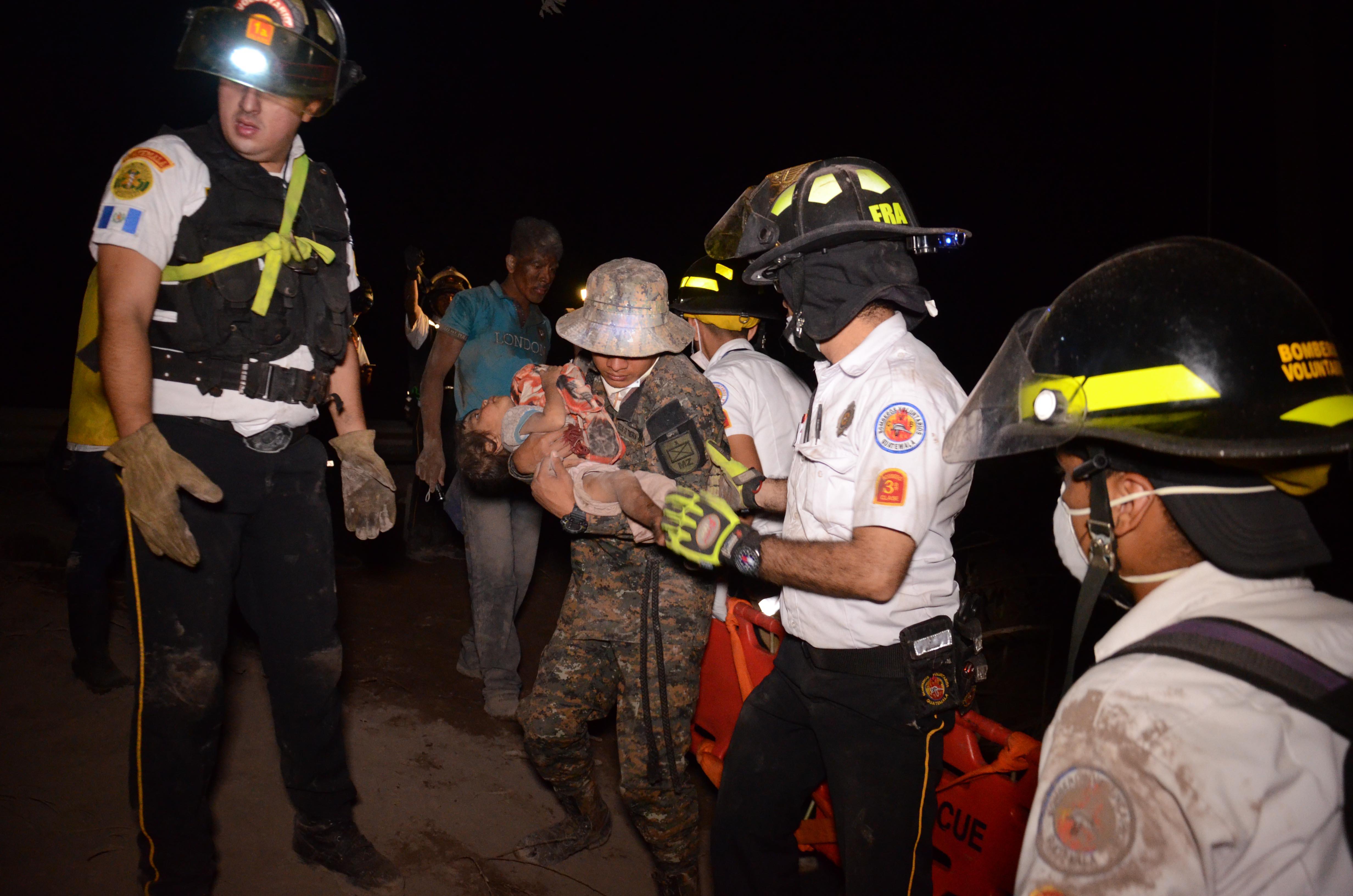 Un bebé es evacuado en El Rodeo (AFP / NOE PEREZ)