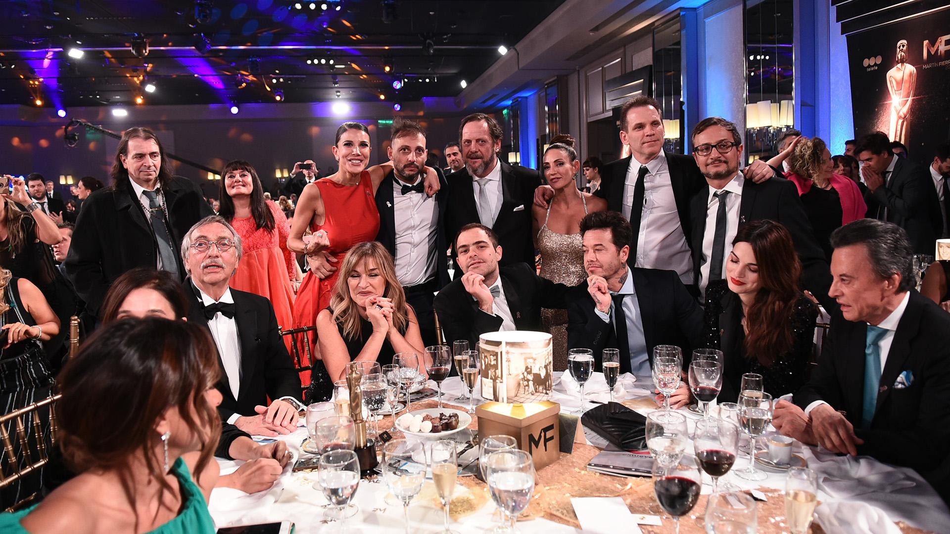 """La mesa de """"Un gallo para Esculapio"""" con Palito Ortega como invitado especial y parte del equipo de la ficción que se acercó para la foto"""