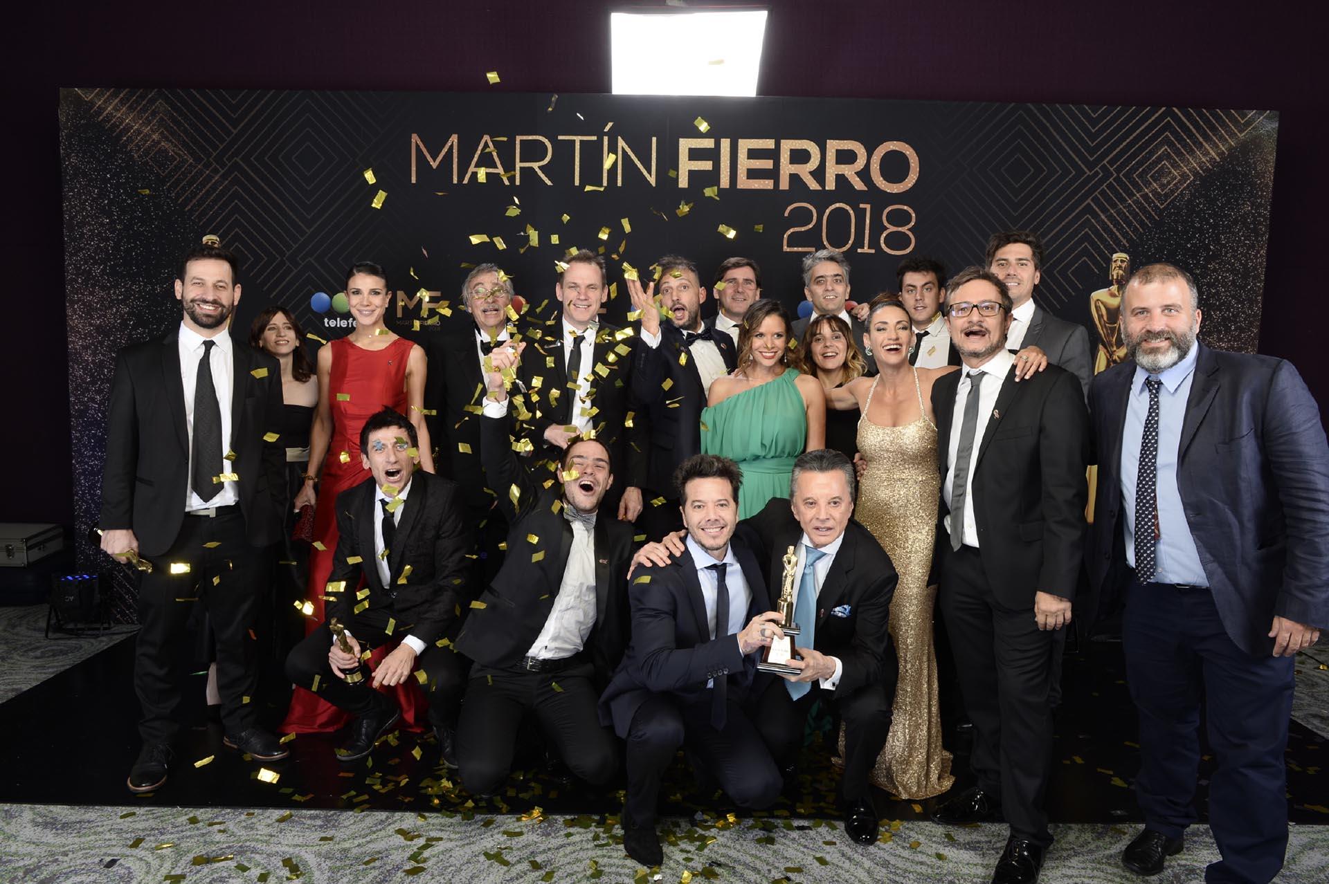 """La euforia de """"Un gallo para Esculapio"""": Sebastián Ortega y su papá, Palito Ortega, sostienen el Oro tan preciado"""