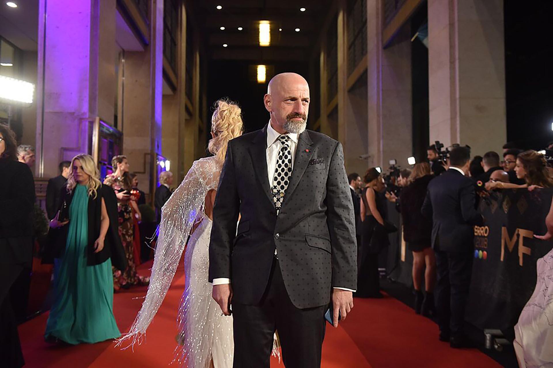 Gustavo Sofovich transita la alfombra roja con un traje a lunares: a más de uno le hizo recordar a aquel que utilizara Lionel Messi en una entrega de Balón de Oro