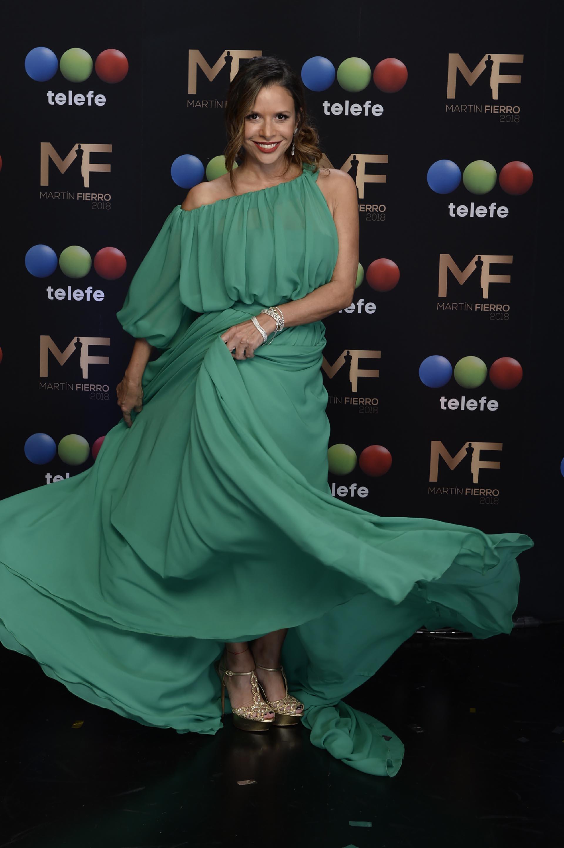 Julieta Ortega adhirió la consigna lanzada por Dolores Fonzi de asistir de verde a la ceremonia, con un diseño de Adrián Brown con un solo hombro y cola