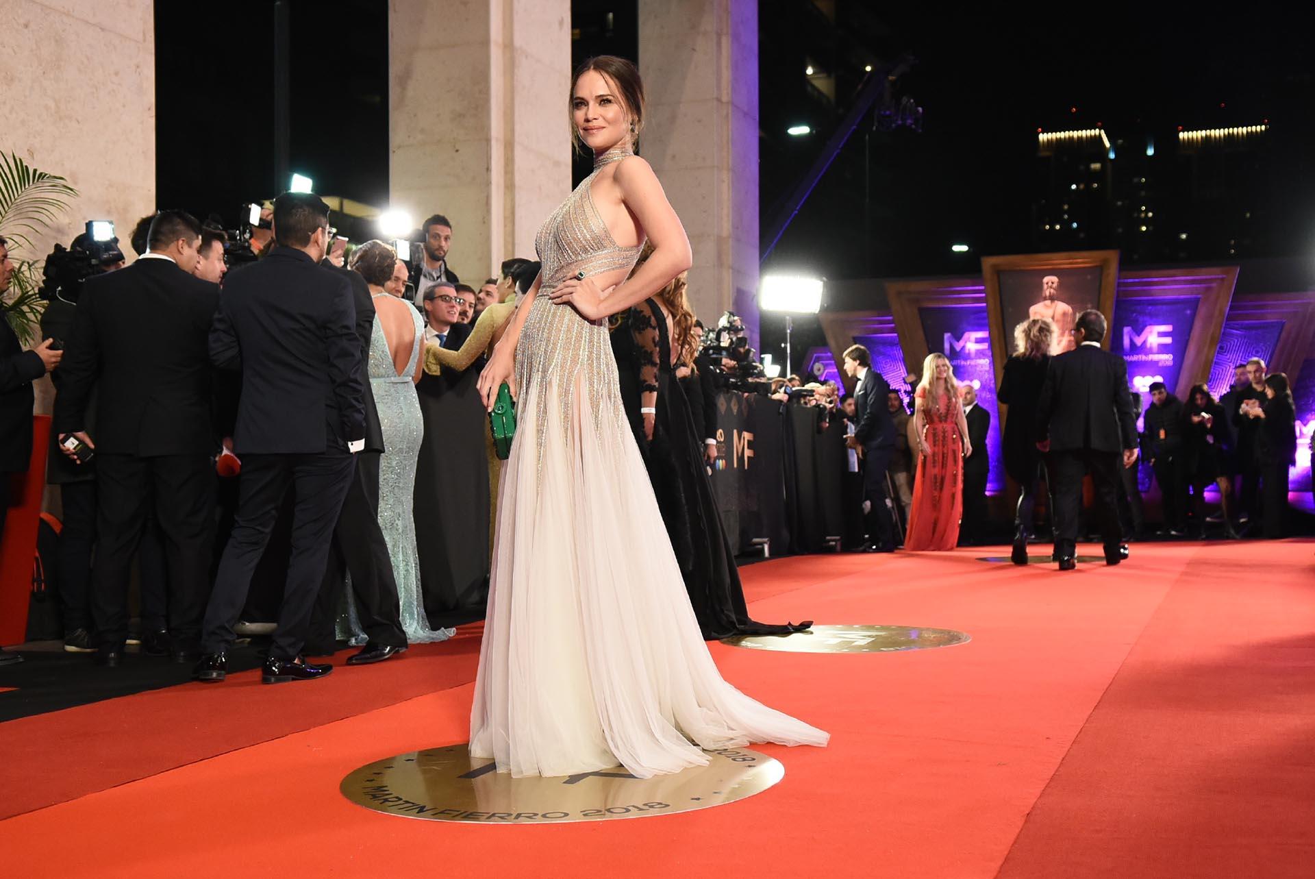 Luz Cipriota con diseño de Santocostura con cuello halter y cortes asimétricos de cristales y falda de tul. Lo acompañó con clutch verde, cumpliendo con el mensaje a favor del aborto legal