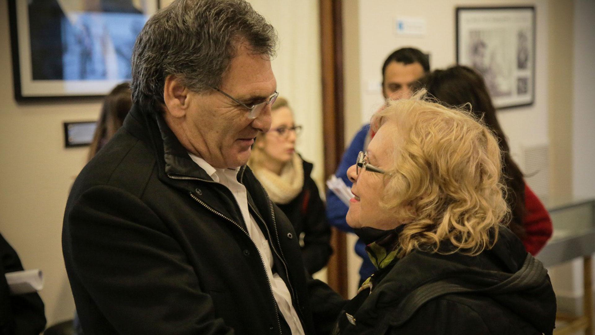 Claudio Avruj y Delmira Cao, luego de que la familia fuera informada del resultado positivo de la identificación. En el abrazo, toda la emoción de una madre de Malvinas