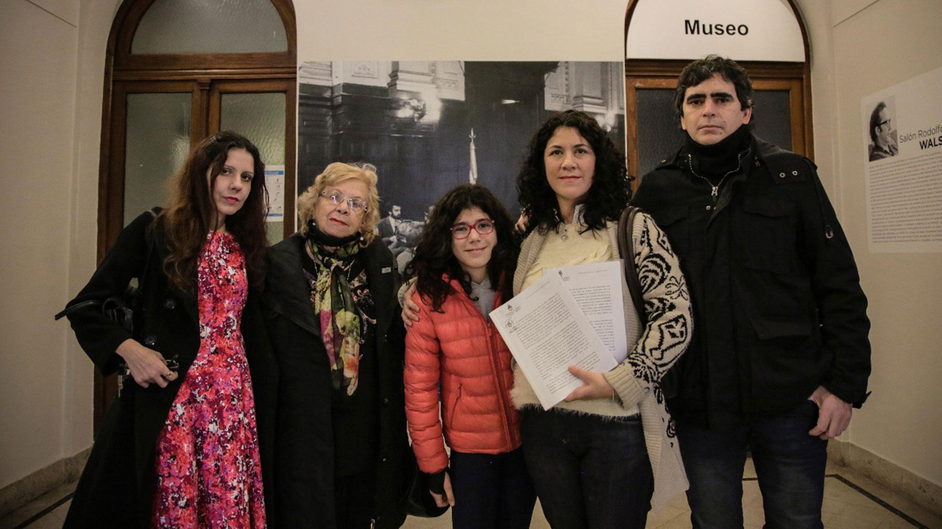 La familia de Julio Rubén Cao con el informe con el resultado positivo de la identificación