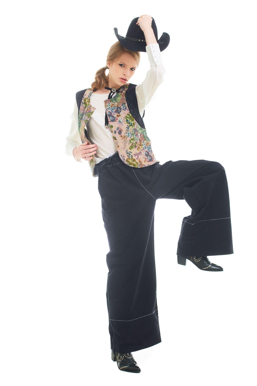 Blusa con volados ($ 3.300, Vitamina), chaleco de brocato ($ 2.900, Custo Barcelona), pantalón ancho de gabardina con cintura elastizada ($ 1.490, Complot) y sombrero de fieltro ($ 1.575, Compañía de Sombreros).(Foto: Marcello Molinari/ Para Ti)