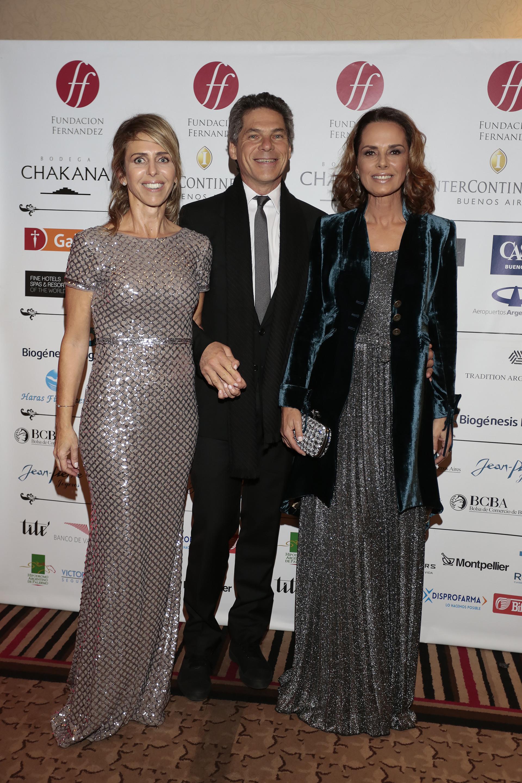 Mariana Bagó, vicepresidenta de la Fundación Fernández, junto a Calilo y Nathalie Sielecki