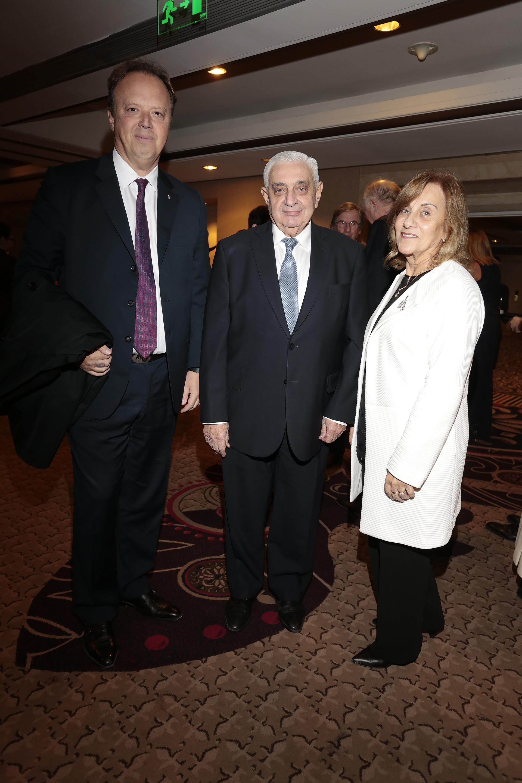 Juan Ignacio Nápoli, presidente del Banco de Valores, junto al presidente de la Bolsa de Comercio de Buenos Aires, Adelmo Gabbi, y su mujer