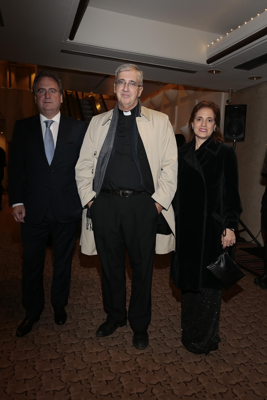 Tato Lanusse y Silvina Pueyrredon junto al Presbítero Guillermo Marcó