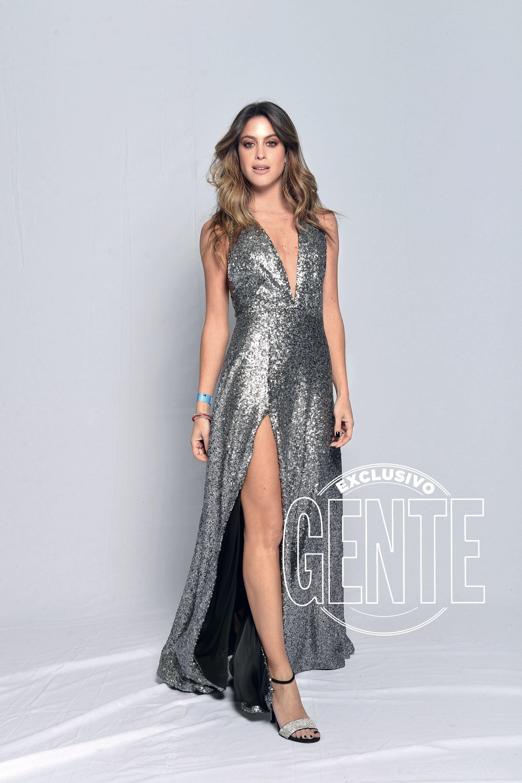 Agustina Casanova, figura de Multitalent, por Bomparola, zapatos Sarkany y aros de Wjewels.